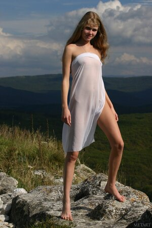 Gentle teen model flashes her elegant small tits and trimmed pussy in the nature