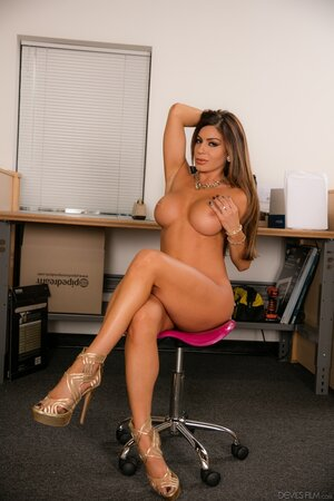 Lascivious pornstar strips every day so she is a pro when it comes to get naked